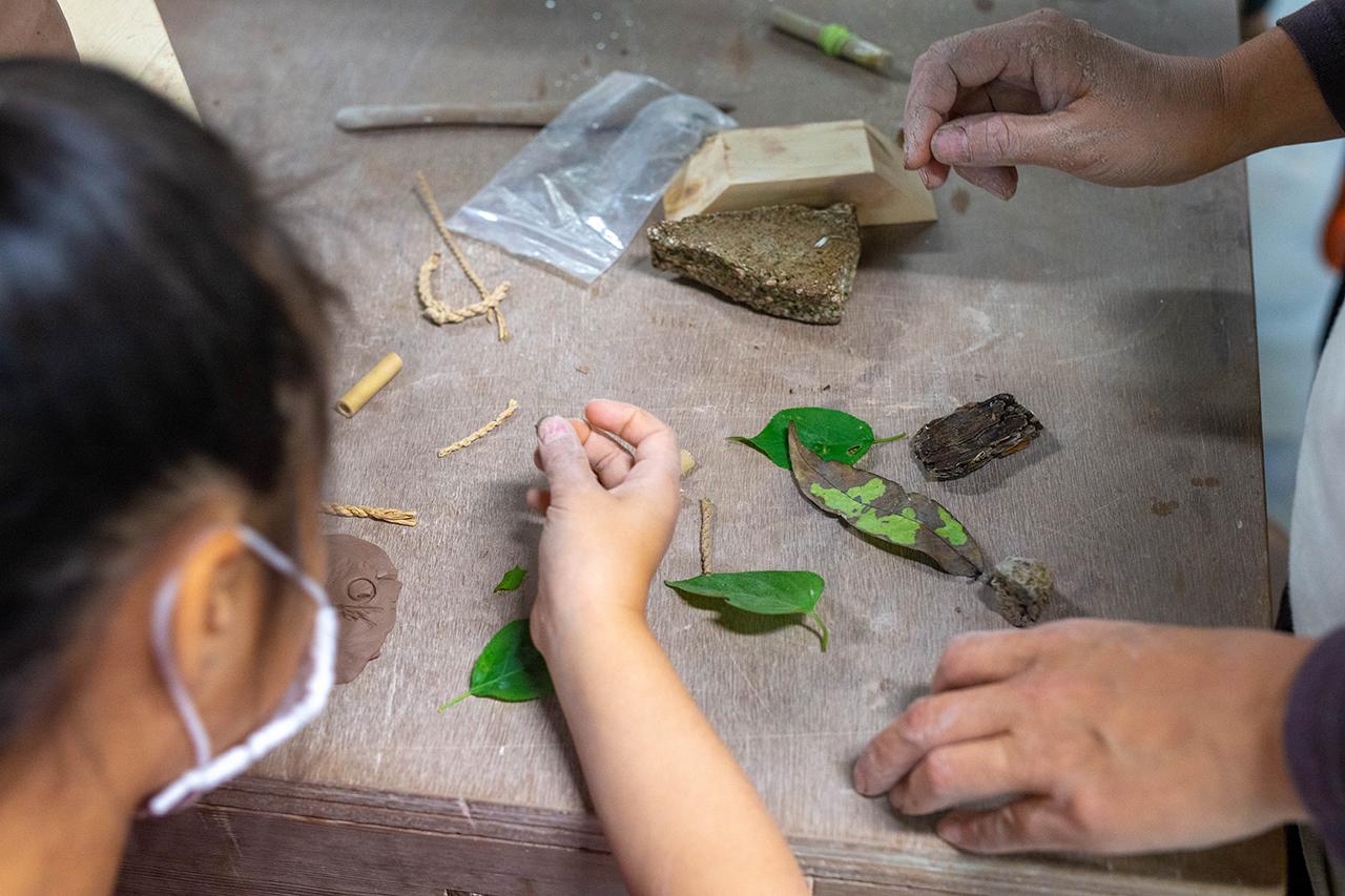 葉っぱや木の実などを使った模様つけ